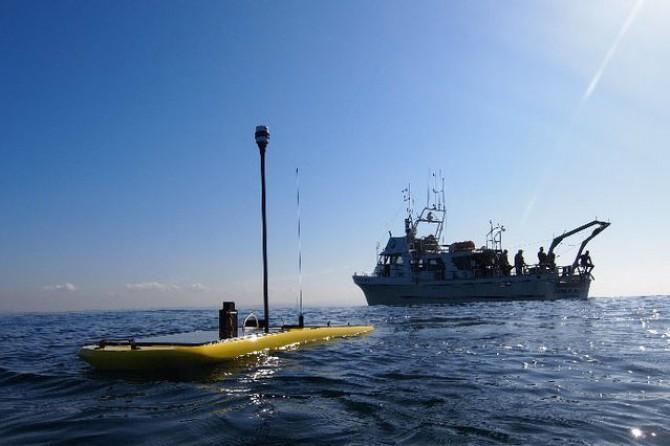 해상 드론인 '웨이브 글라이더'가 물에 반쯤 잠긴 상태로 시험 운항을 하고 있다. - 리퀴드 로보틱스 제공